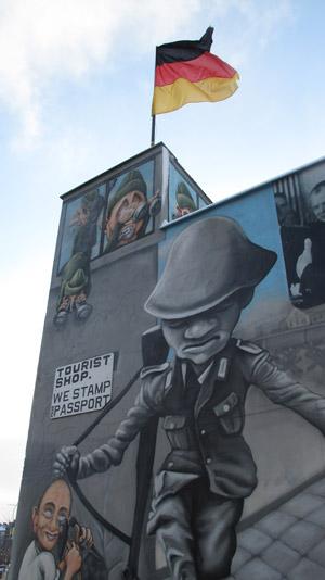 Bild: Berliner Mauer mit Comic-Zeichnungen verziert