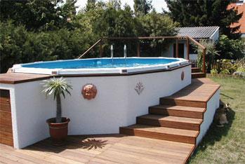 Ein schöner Swimming-Pool mit einer Poolumrandung aus Cumaru-Holz