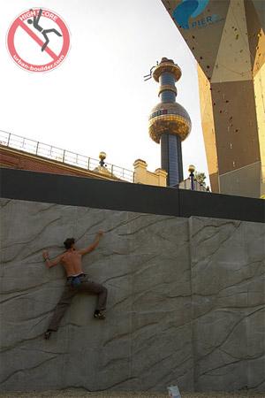 Pipe klettert auf einer steilen Wand mitten in der City - Urban Boulder