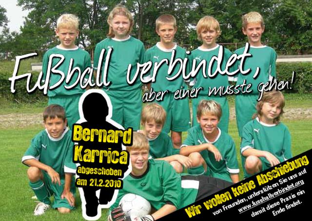 Eine Kinderfussball-Mannschaft wo der 11.Spieler durch ein schwarzes Platzhalterbild ersetzt wurde. Aufschrift: Bernard Karrica - abgeschoben am 21.2.2010