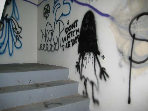 gruselige Graffitis im Stiegenhaus